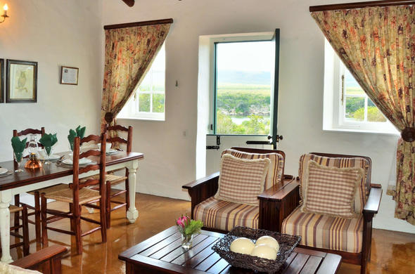 Opstel Vlei Cottage, living room with views of the vlei.